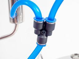 У-образный тройник для подачи воды охлаждения.