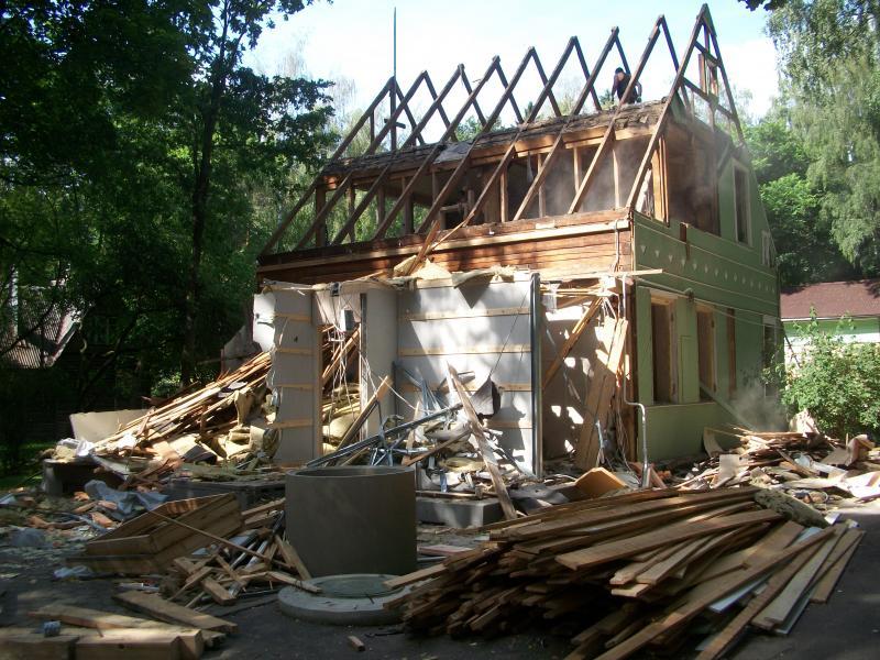 Старый дом указывает на перемены в жизни.