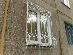 Решетки на окна простые и с элементами ковки