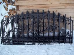 Заборные секции с элементами ковки ,столбы с пиками или шарами