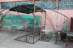 Скамейка пристенная с навесом стойки из витой трубы
