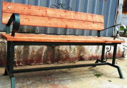 Скамейка с кованными элементами