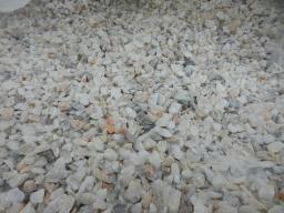 Мраморная крошка бело-кремовая фракции 10*20 мм. в мешках