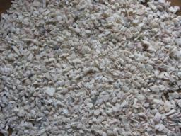Мраморная крошка бело-кремовая фракции 10*15 мм. в мешках