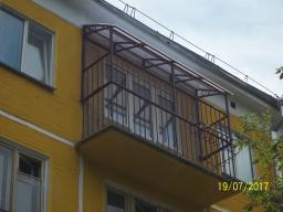 Козырек над балконом с ограждением