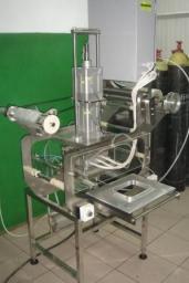 Полуавтоматическая упаковочная машина с формированием крышки из рулонного материала