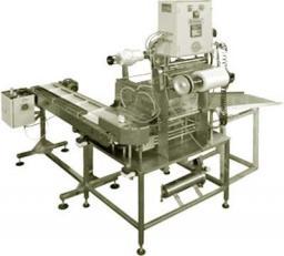 Автомат для запайки пленкой пластиковых контейнеров c подающим конвейером.