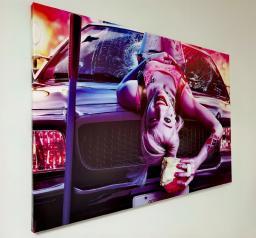 Картина - Постер (Девушка Джокера на авто). Размер: 600x900 мм.